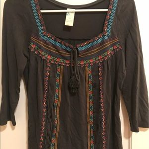 AnthroEmbroidered Gray 3/4 Sleeve Peasant Top